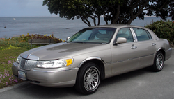 1998-2002 Lincoln Town Car Signature Series with visible design changes.